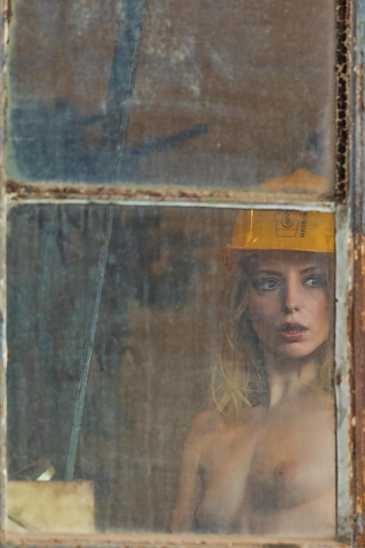 1DX25591 - Am Fenster
