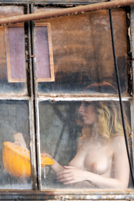 1DX25617 - Am Fenster