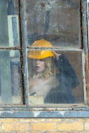 1DX25570 - Am Fenster