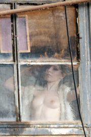 1DX25640 - Am Fenster