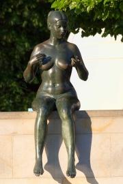 Sitzende Frau, Spree, Berlin